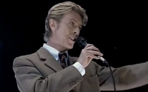 David Bowie sings 'America' at Robin Hood Foundation benefit gig in 2002