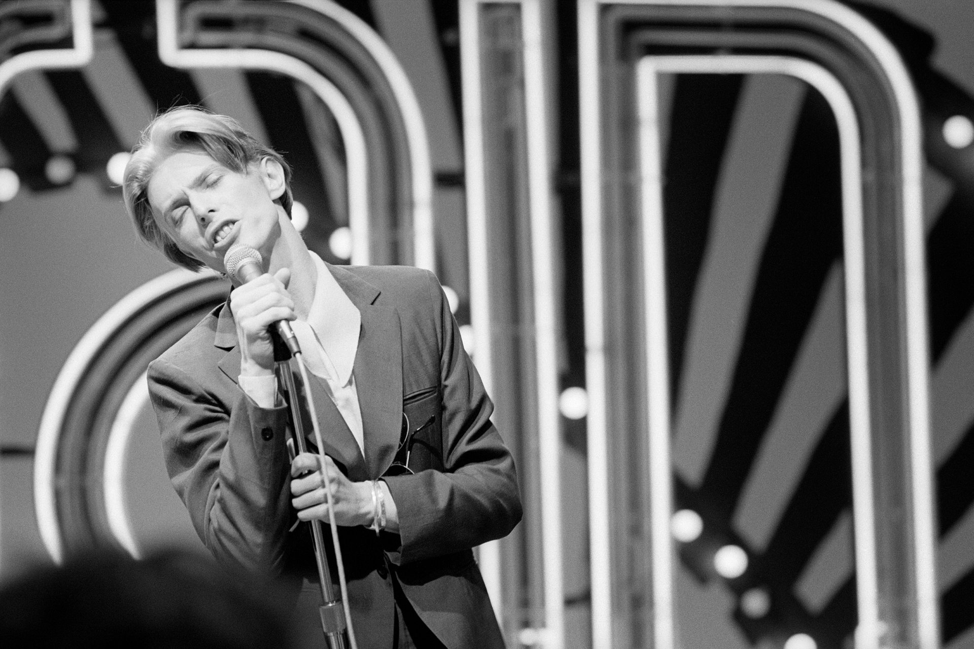 David Bowie performs Golden Years on Soul Train in 1975