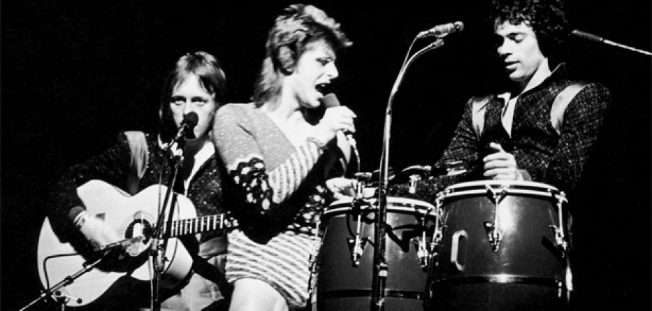 Geoff MacCormack on stage with David Bowie 1973